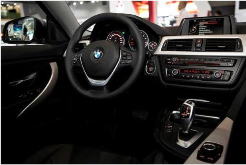 nội thất bọc da Sensatec cao cấp với ốp nội thất ánh bạc, trang bị camera de-lùi, hệ thống âm thanh HiFi.BMW Series 4 Gran Coupé sở hữu khả năng vận hành đáng kinh ngạc nhưng vẫn hướng đến tính kinh tế về lượng nhiên liệu tiêu thụ. Cụ thể, động cơ 2.0 lít trên BMW Series 4 Gran Coupé có thể sản sinh công suất cực đại 245 mã lực tại khoảng vòng tua máy 5.000 - 6.500 vòng/phút; Mô-men xoắn cực đại 350Nm tại khoảng vòng tua máy 1.250-4.800 vòng/phút. BMW 428i Gran Coupé sử dụng Hộp số tự động 8-cấp; khả năng tăng tốc 0-100km/h chỉ trong 7,0 giây. Mức tiêu thụ nhiên liệu trung bình chỉ 6,4 lít/ 100km. Chỉ số khí thải 147g/km theo chuẩn EU6.