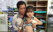 4 năm liên tục lên bàn mổ của bé gái bị tai nạn giao thông