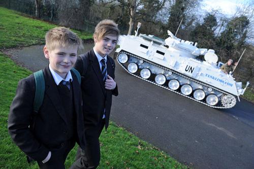 Lái xe tăng 17 tấn chở con đi học