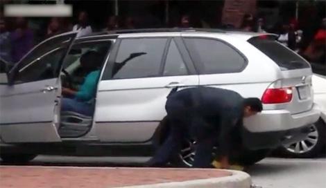 Nữ tài xế cố lái xe dù bị khóa bánh