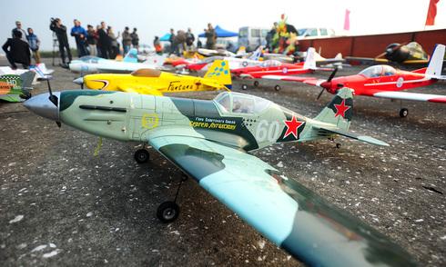 Máy bay mô hình bay lượn trên sân bay Gia Lâm