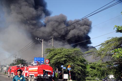 Hàng chục xe chữa cháy đang hối hả tiếp cận gần khu vực hỏa hoạn. Ành: An Nhơn