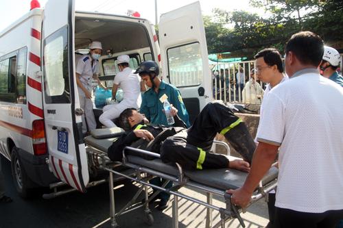 Một cảnh sát cứu hỏa nhờ y tế chăm sóc sau khi chân đạp vật nhọn. Ảnh: An Nhơn