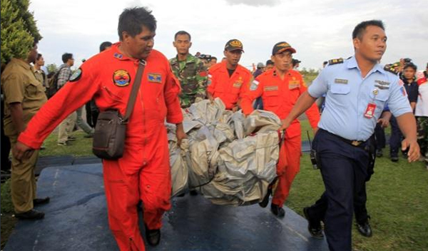 Cứu hộ Indonesia di chuyển một vật thể liên quan đến QZ8501. Ảnh:Guardian