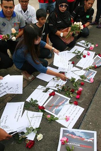 Người dân ở Malang, Đông Java đặt hoa và những lời cầu nguyện cho các nạn nhân QZ8501. Ảnh: AFP