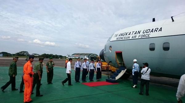 Tổng thống Indonesia Joko Widodo lên chuyên cơ tới khu vực tìm thấy mảnh vỡ. Ảnh: Channel News Asia.