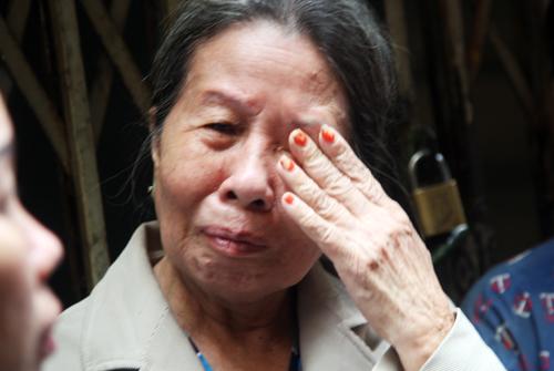 Căn nhà bị cháy bị cảnh sát phong tỏa, tối qua gia đình bà Châu (72 tuổi) cho biết tối qua cả gia đình bà phải