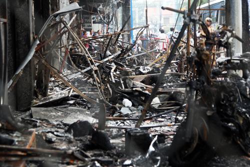 Cảnh tan hoang ở 5 cửa hàng mặt tiền đường Trần Quốc Thảo.
