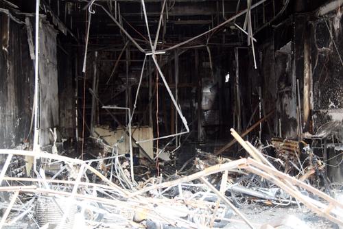 Toàn bộ tài sản bên trong hai quán karaoke cháy rụi hoàn toàn.