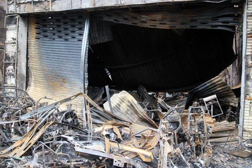 Ngoài số xe máy phía trước, trong cửa hàng xe máy cũng có nhiều xe bị cháy rụi.