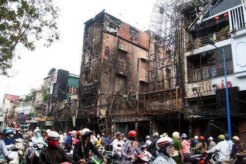 Sáng nay, dãy 8 nhà bị cháy rụi trên đường Trần Quốc Thảo (quận 3) khiến một thanh niên thiệt mạng vẫn đang được phong tỏa.