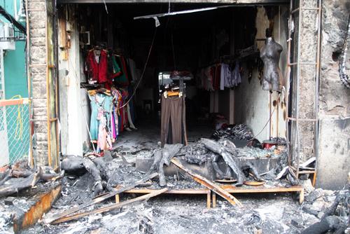 Shop thời trang bị cháy dang dở. Theo nhân viên ở đây, thời điểm lửa bùng lên, trong shop có 2 nhân viên và 2 người khách.