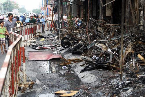 Hàng chục xe máy cháy trơ khung nằm ngổn ngang trên vỉa hà trước cửa hàng xe máy.