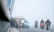 Người dân đổ xô lên cầu Nhật Tân ngắm cảnh