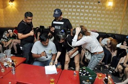 Cảnh sát Malaysia đang lấy lời khai từ các cô gái Việt Nam trong mộtcuộc đột kích vào haitụ điểm ăn chơi hồi năm ngoái. Ảnh:NST