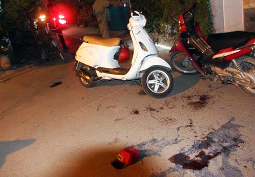 Vết máu cùng xe Ves của nạn nhân tại hiện trường. Ảnh: An Nhơn