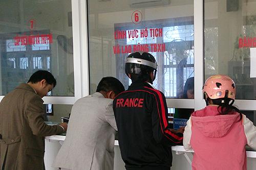 Người dân Quảng Trị đến giao dịch tại các văn phòng một cửa sẽ được hỏi để chấm điểm chất lượng dịch vụ. Ảnh: Hoàng Táo.