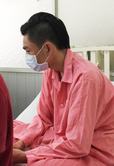 tabi 8422 1421049734 Tấn Phát có thể phải nằm viện 10 ngày vì bỏng axit