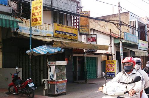 Tiệm vàng Vĩnh Phát Minh nằm sát quốc lộ, xung quanh có nhiều nhà. Ảnh: An Nhơn