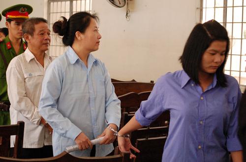 Ba bị cáo đượ dẫn giải sau phiên tòa. Ảnh: Mai Linh