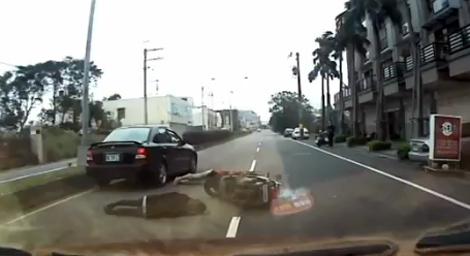 Mở cửa ôtô gây tai nạn nghiêm trọng cho xe máy