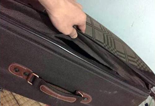 Chiếc valy của nam hành khách bị rạch và mất điện thoại. Ảnh nhân vật cung cấp