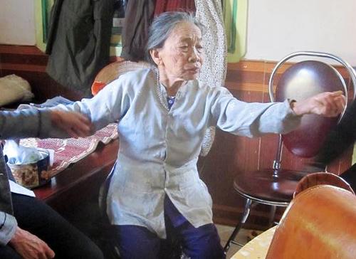 Bà cụ 90 tuổi kể lại giấy phút thấy kẻ sát nhân. Ảnh: Tùy Phong