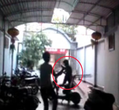 Clip_Thanh niên cầm ghế truy đuổi kẻ trộm xe đạp điện