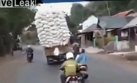 Ôtô chở quá tải lật giữa đường