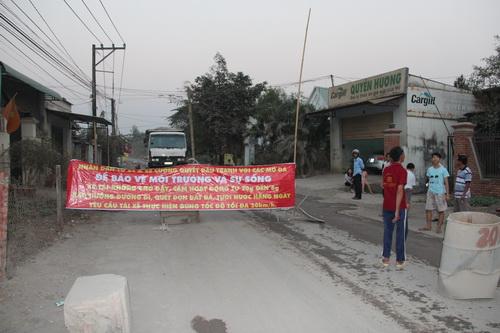 """Lý do người dân chặn đường được cho là """"xe chạy nhanh, bụi nhiều và đường ngừng thi công"""" mấy tuần nay. Ảnh: Hoàng Trường"""