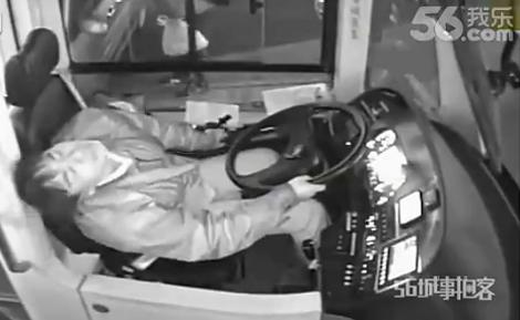 Nữ tài xế cố dừng xe buýt trước khi bất tỉnh