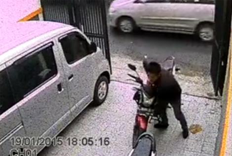 Kẻ trộm toát mồ hôi bẻ khóa Honda CB150R