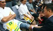 Giám đốc quỳ gối rửa chân cho 3 nhân viên xuất sắc nhất năm