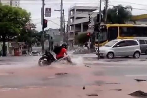 Xe máy biến mất ngay giữa vũng nước