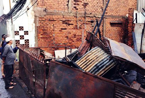 Cuống cuồng di tản đồ đạc khi nhà vắng chủ bốc cháy