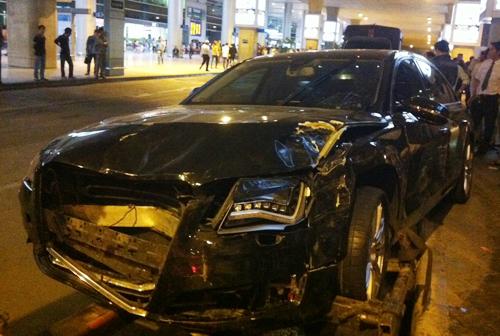 Xe Audi của ca sĩ nổi tiếng tông hàng chục người trong Tân Sơn Nhất