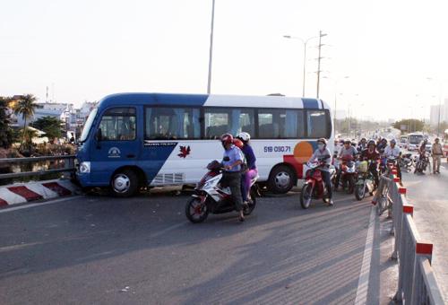 Chiếc xe khách nằm chắn ngang đường khiến giao thông qua cầu ùn tắc. Ảnh: An Nhơn