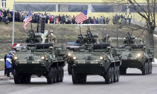 Xe bọc thép Mỹ diễu hành sát biên giới Nga