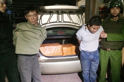 Đêm phục kích xế hộp chở 200 bánh heroin