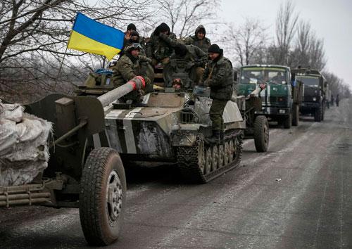 Một đoàn xe chở vũ khí và binh sĩ Ukraine chuẩn bị rút khỏi vùng Debaltseve, miền đông Ukraine hôm qua. Ảnh: Reuters