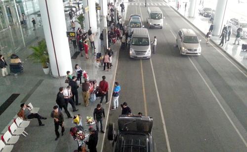 Nhân viên sân bay Nội Bài 10 lần trả hành lý cho khách bỏ quên