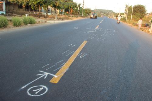 Hiện trường vụ tai nạn khiến một thành viên hộ tống đoàn đua xe đạp nữ Bình Dương mở rộng tử vong. Ảnh: Hoàng Trường