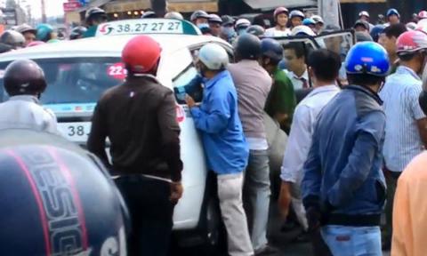 cuop taxi vinasun hinh anh3 VA 4379 9180 1425355079 Video quỳ lạy xin đưa quan tài mẹ vào nhà gây chú ý nhất cộng đồng