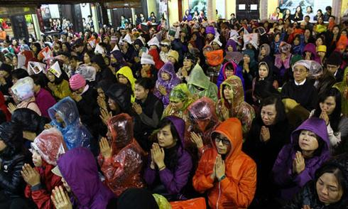Biển người đội mưa dự lễ cầu an ở tổ đình Phúc Khánh