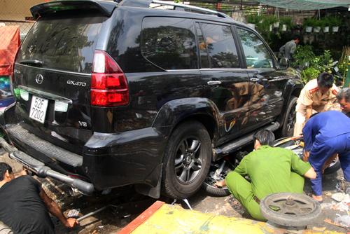 Truy tìm lái xe Lexus cuốn người vào gầm