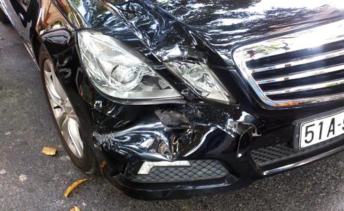 Bên phải đầu xe 4 chỗ đâm vào ôtô phía trước nên bị móp nhẹ. Ảnh: A.N