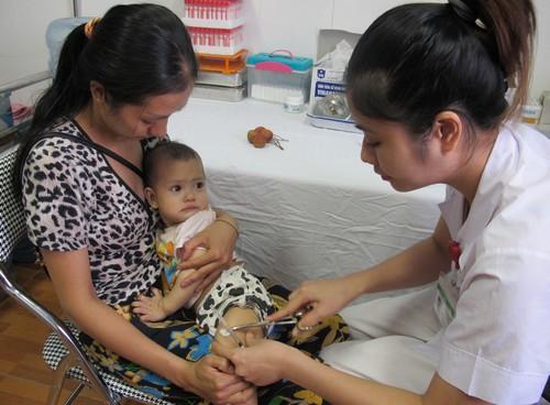 Khan hiếm văcxin tiêm dịch vụ 5 trong 1 nên nhiều điểm tiêm ưu tiên cho những trẻ đã tiêm tại cơ sở từ mũi 1. Ảnh: N.Phương.