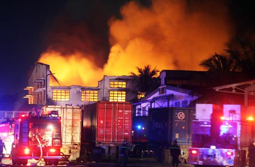 Biển lửa bao trùm hàng nghìn mét vuông của nhà xưởng. Ảnh: An Nhơn