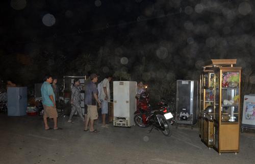 Người dân lo sợ cháy lan nên di tản đồ đạc ra đường. Ảnh: An Nhơn