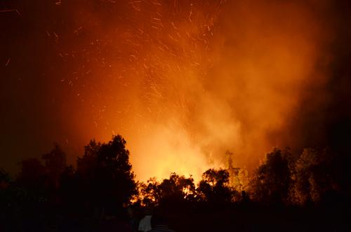 Đám cháy kèm theo tàn lửa bay khắp nơi. Ảnh: An Nhơn